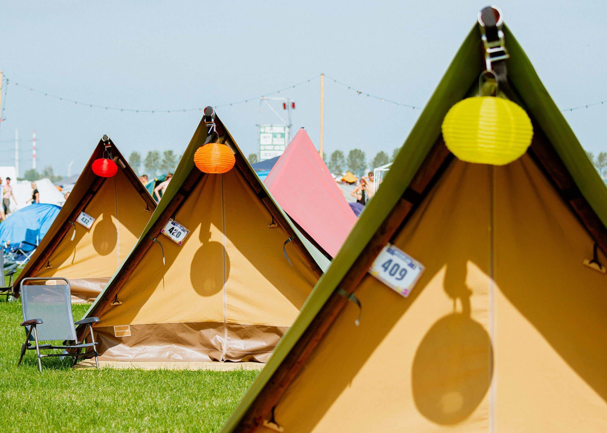 Drie slaaptenten Delta achter elkaar op een festivalcamping