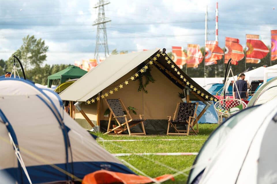 Comfortabele glamping-tent type Lodge tussen andere slaaptenten