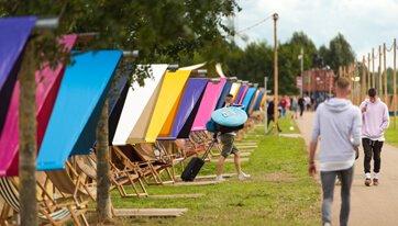 Rij slaaptententen Delta op een rij op een festivalcamping